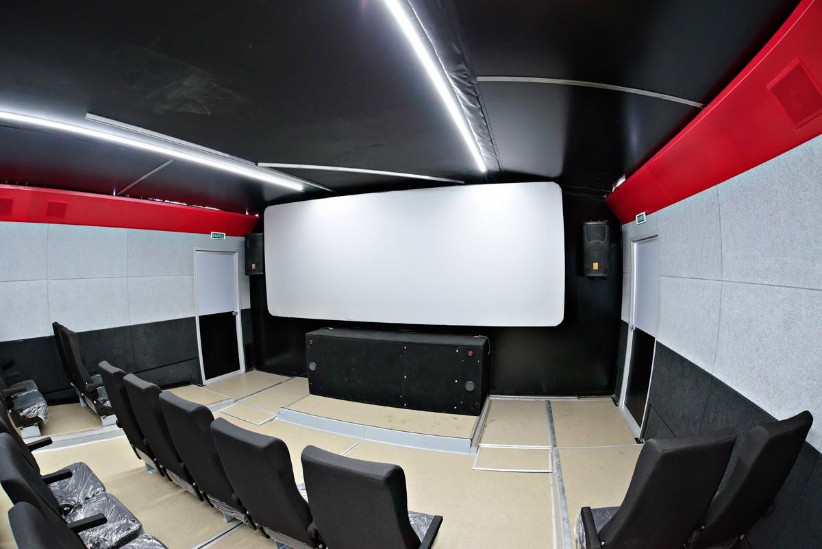 Киномобиль, аналогов которому нет в России, отправляется в первую поездку по сахалинской глубинке